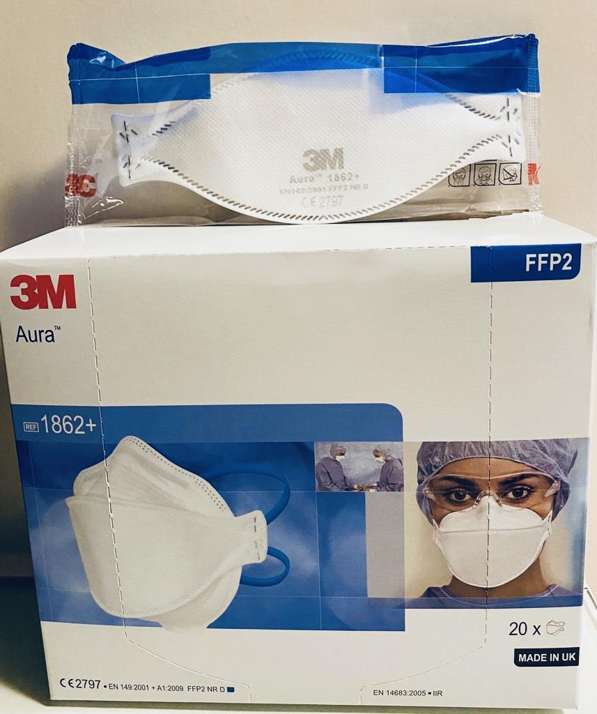Il respiratore antiparticolato per uso sanitario 3M Aura 1862+ pieghevole a 3 lembi, dotato di lembo nasale sagomato che si adatta alle diverse conformazioni facciali.
